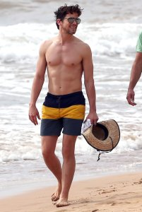 Shirtless-Matt-Bomer-Maui-Hawaii-Pictures3